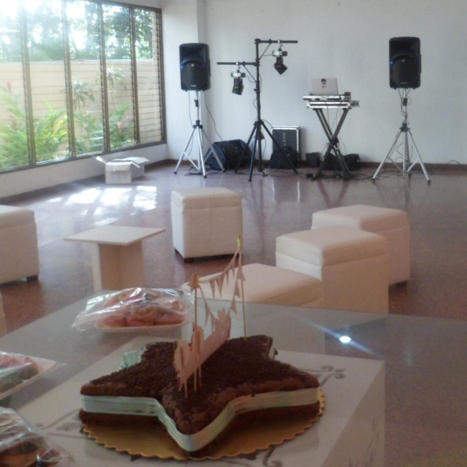 Tabicakes alquiler de mesas sillas puff agencia festejos for Sillas para festejos